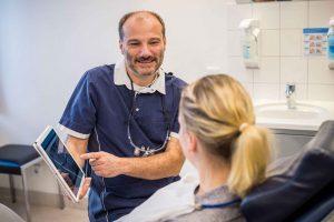 Zahnarzt Dr. Peer Levering bei der Patientenberatung